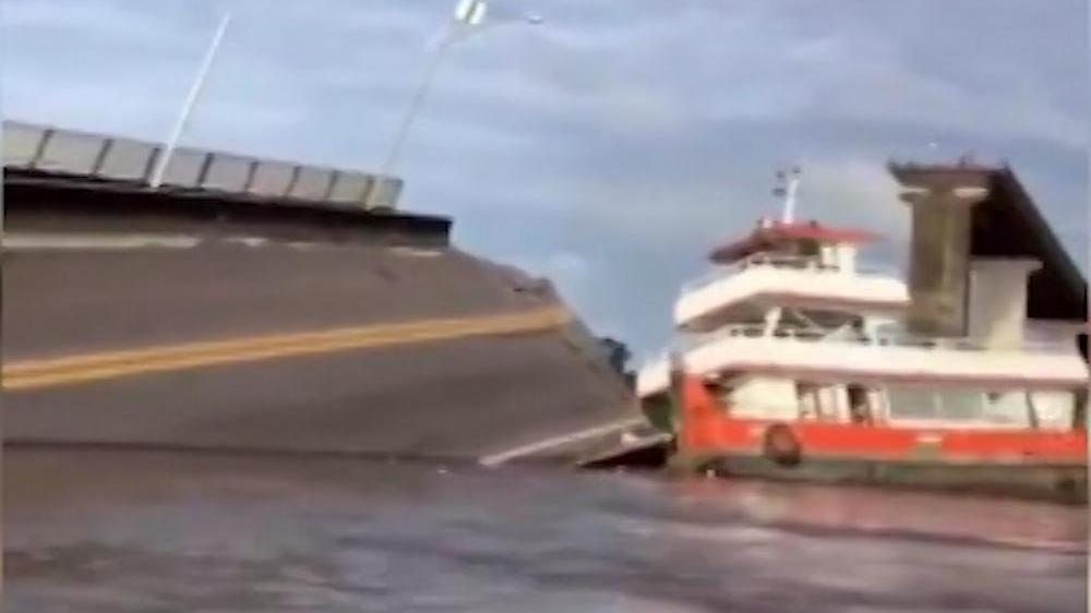 Akılalmaz kaza! Feribotun çarptığı köprü çöktü