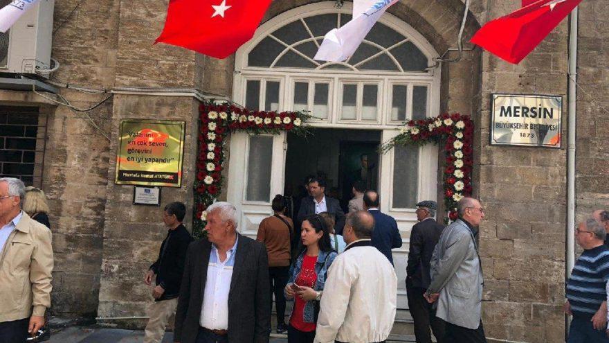 CHP'li Seçer, Kocamaz'ın astırdığı o tabelaları kaldırdı