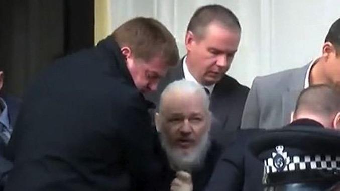 İngiliz polisi Assange'i gözaltına aldı