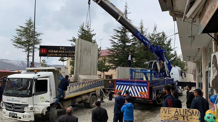 Mazbatasını alan SP'li başkanın ilk işi beton bloklarını kaldırmak oldu