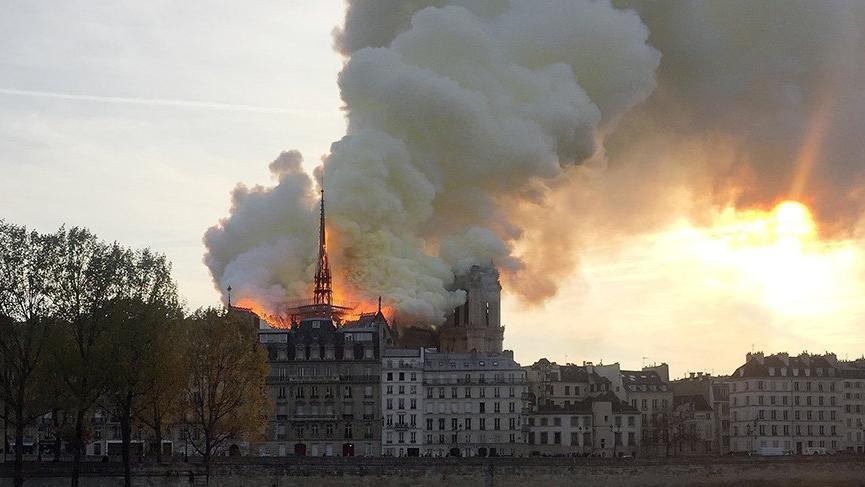 Notre Dame yandı, 'Kamburu' zirveye oturdu