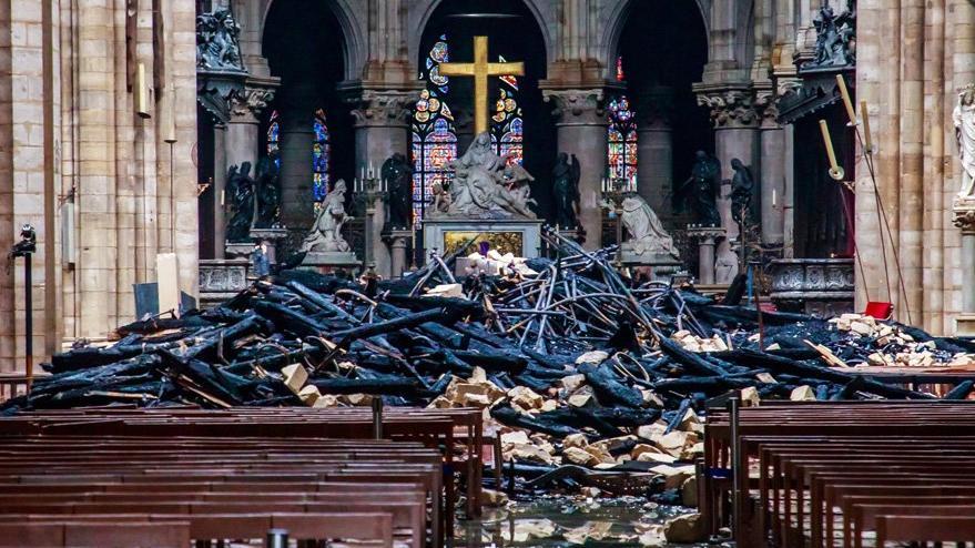 Tarihi katedralde yangın söndürüldü ama… İlk fotoğraflar geldi