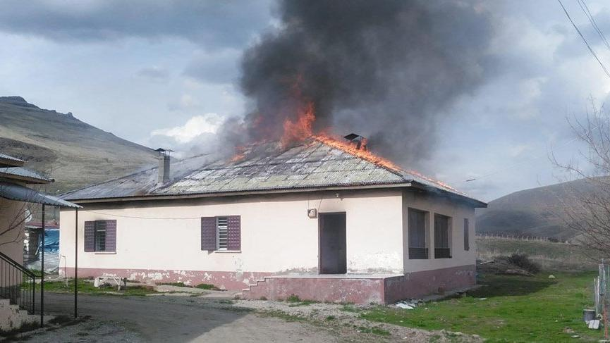 Eşiyle telefonda tartışan kişi, evi yaktı; İtfaiye ekiplerine 'neden geldiniz' dedi