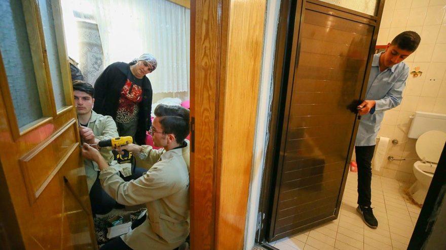 Öğrenciler kolları sıvadı, ihtiyaç sahiplerinin evlerini tamir ediyor