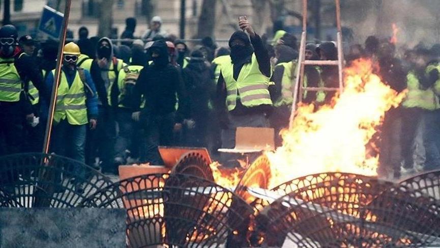 Sarı Yelekliler 23'üncü haftada! Araçlar ateşe verildi...