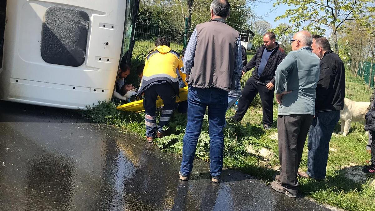 Arnavutköy'de harfiyat kamyonu devrildi