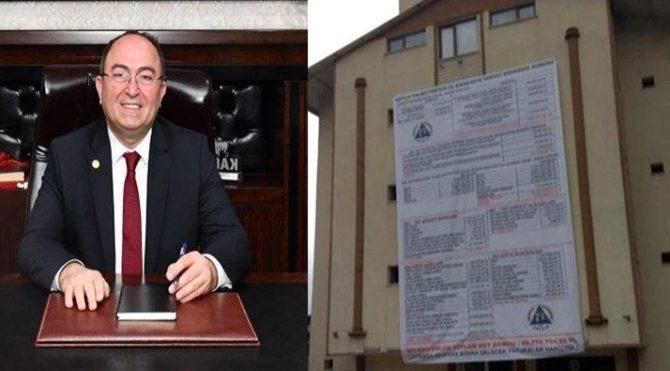 CHP'li başkanlar devraldıkları borçları belediyesi binasına astı