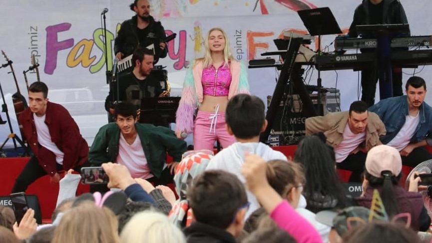 Aleyna Tilki Dünya Çocukları için sahneye çıktı