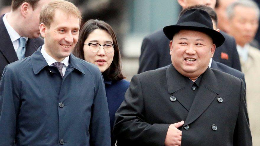 Kim, Rusya'da: Şapkasıyla dikkat çekti, tahta platformdan indi