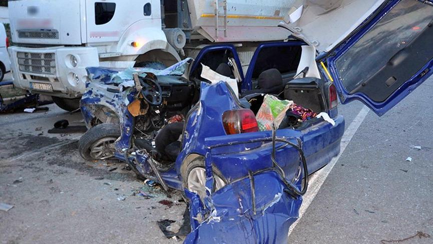 Feci kaza! İşçi servisi ile otomobil kafa kafaya çarpıştı: 3 ölü, 8 yaralı