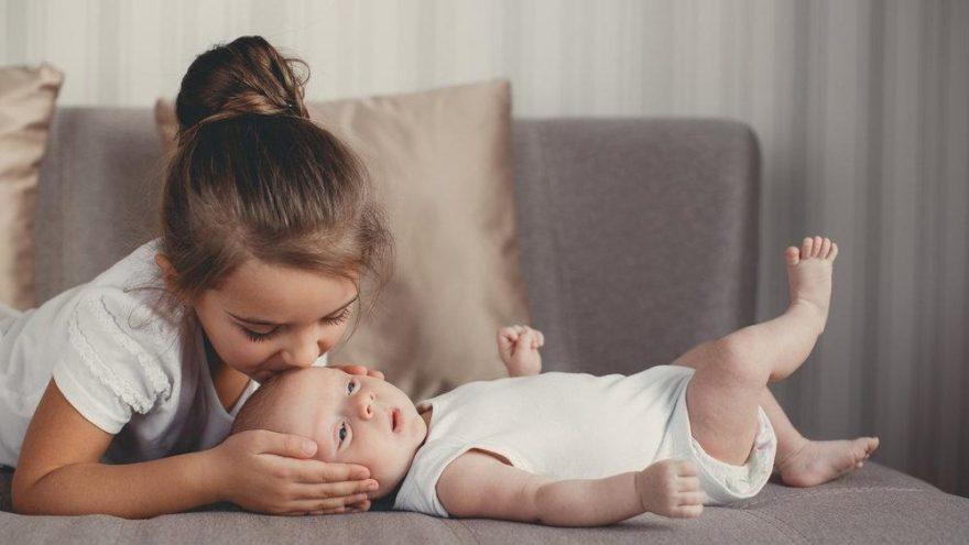Aile faciası sonrası mucize! 3 yaşındaki abla 2 aylık kardeşini günlerce hayatta tuttu