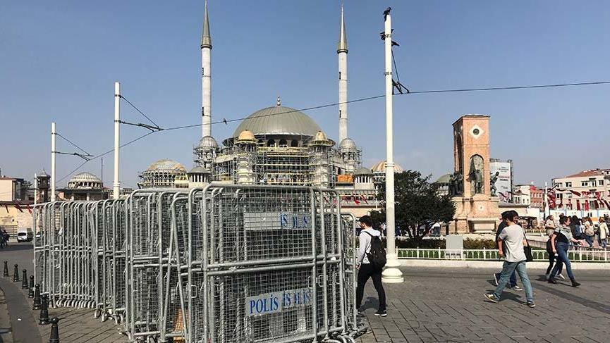 1 Mayıs öncesi Taksim'e polis bariyerleri getirildi