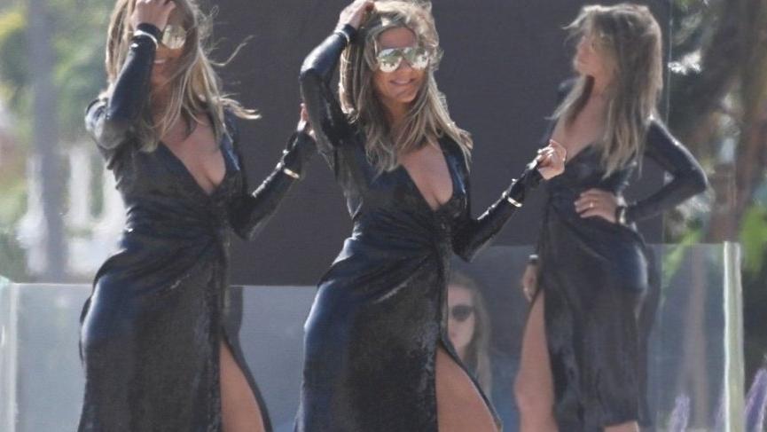 Jennifer Aniston bir çekim için seksi pozlar verdi