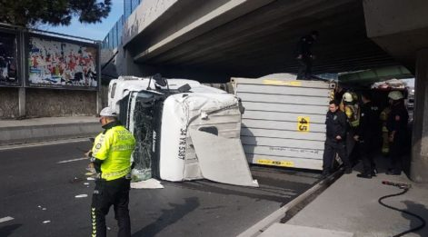 İstanbul'da TIR devrildi, trafik felç oldu!