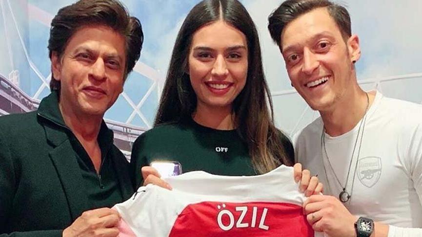 Mesut Özil ve Amine Gülşe ünlü Bollywood yıldızıyla buluştu