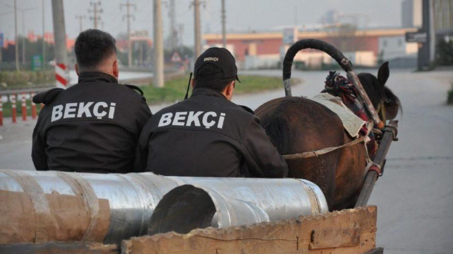 At arabalı hırsızı yakalayan bekçiler karakola böyle gitti