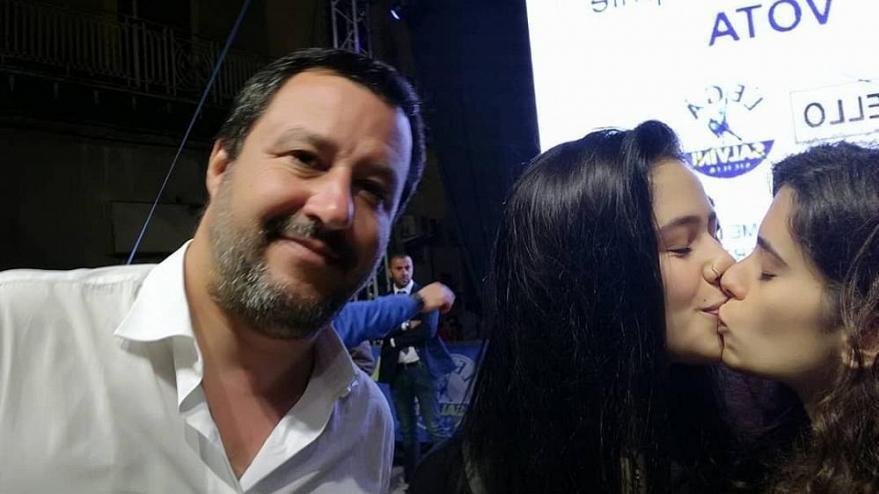 Faşist siyasetçiye selfie tuzağı: İki kadın bir anda öpüştü