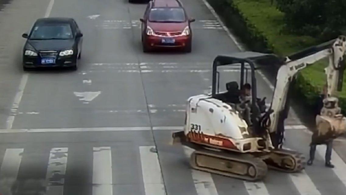 Trafikte akılalmaz görüntü! 6 yaşında çocuk iş makinesiyle yola fırladı