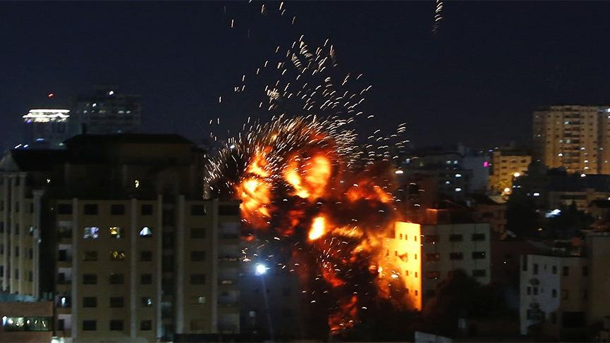 Son dakika... İsrail AA ofisinin de bulunduğu binayı 5 roketle vurdu!