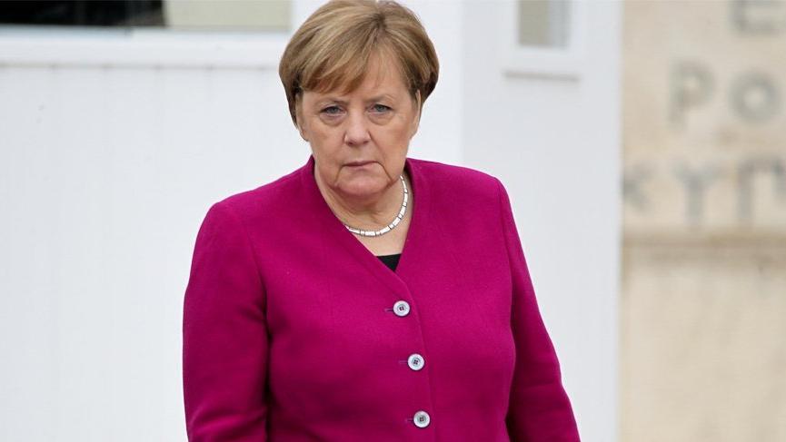 Angela Merkel ilk kez ceket giymedi!