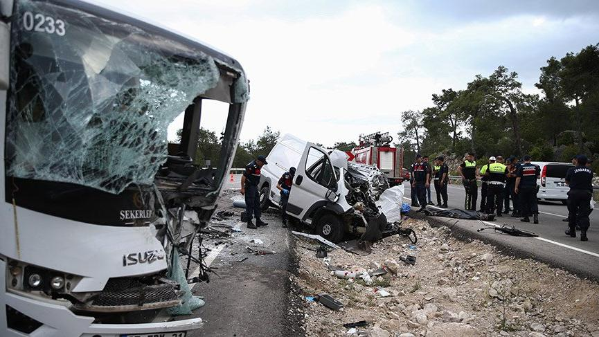 Antalya'da personel servisi ile tüp yüklü minibüs çarpıştı: 1 ölü, 17 yaralı