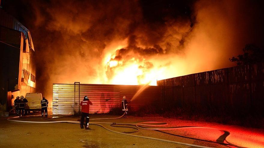 Geri dönüşüm fabrikası alev alev yandı