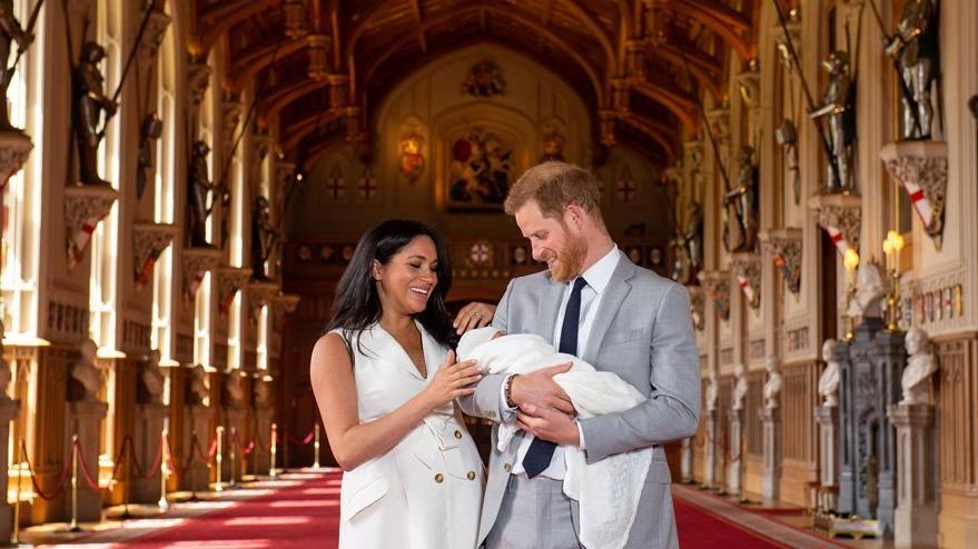 Kraliyet bebeğine maymun diyen gazeteci kovuldu