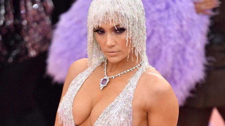 Jennifer Lopez'in MET Gala'daki elbisesini giyerken ağladığını itiraf etti