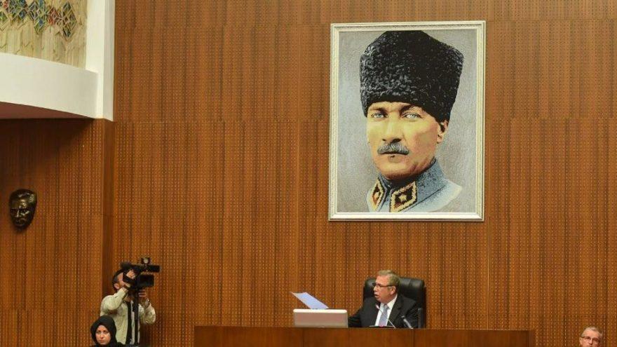 Mansur Yavaş meclis salonuna 'Kalpaklı Atatürk fotoğrafı' astırdı