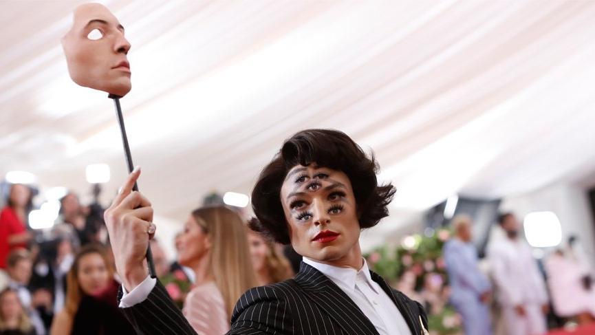 Ezra Miller'ın MET Gala makyajı bakın nasıl yapılmış