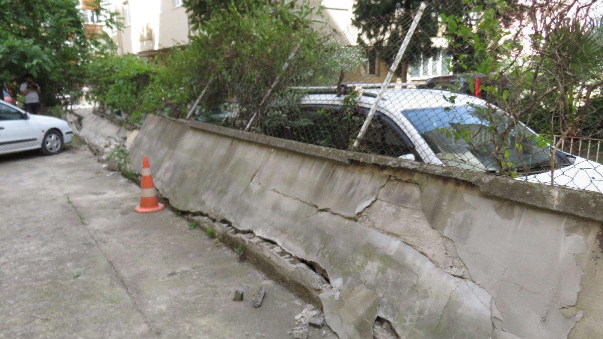 İstanbul'da bahçe duvarı devrildi: 4 araç hasar gördü
