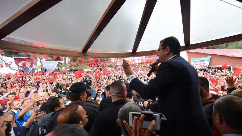 Samsun'da İmamoğlu coşkusu: Hepinizi görmek istiyorum dedi sandalye üzerine çıktı