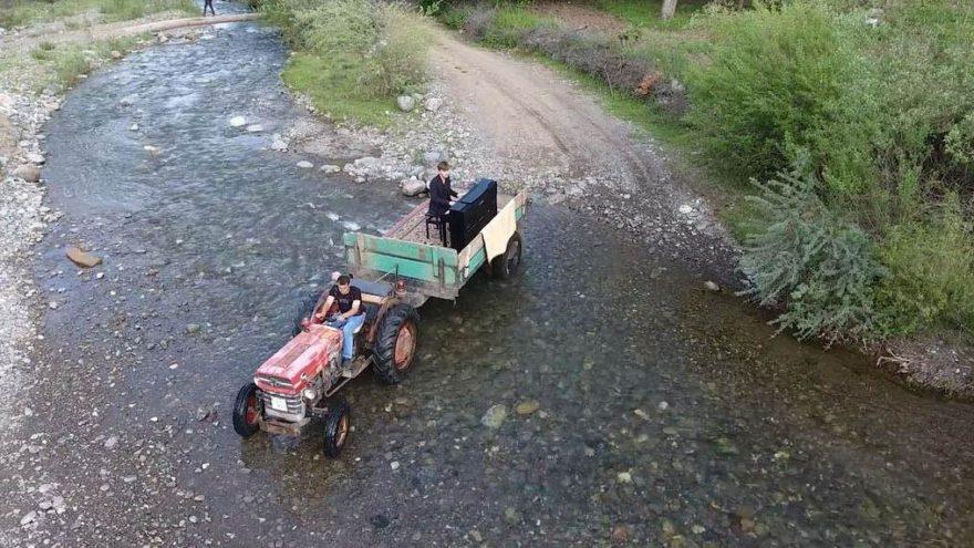 Ödüllü piyanist Shikhiyev, konser alanına traktör römorkunda geldi