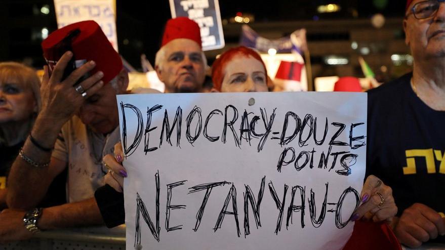 On binler Netanyahu'ya karşı fesle yürüdü
