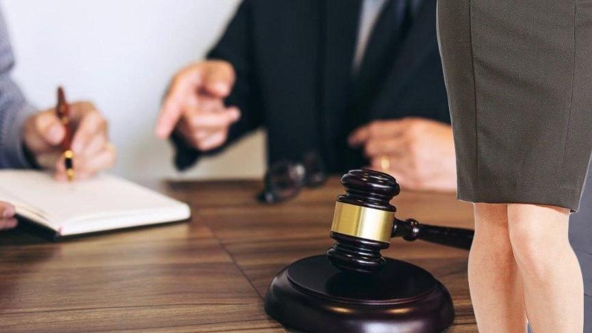 Duruşmada mini etek kavgası: Hakim açığa alındı...