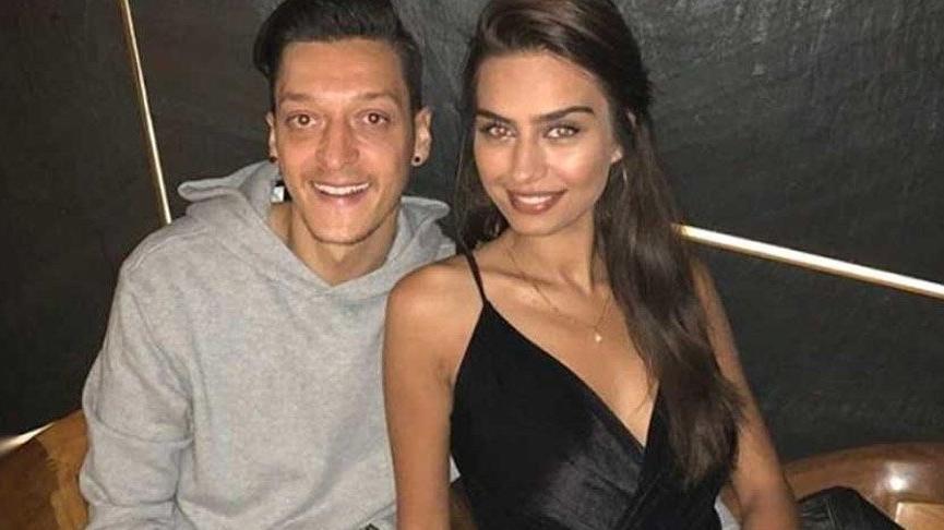 Mesut Özil ve Amine Gülşe'den aşk pozu