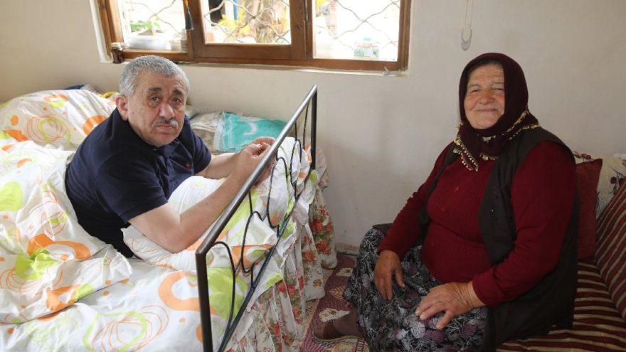 Felçli eşine 51 yıldır adeta gözü gibi bakıyor
