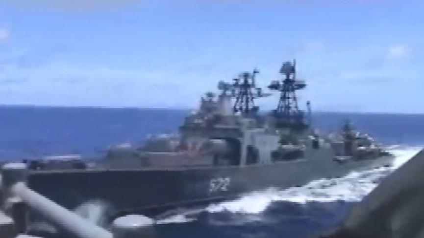 İki savaş gemisi çarpışmanın eşiğinden döndü