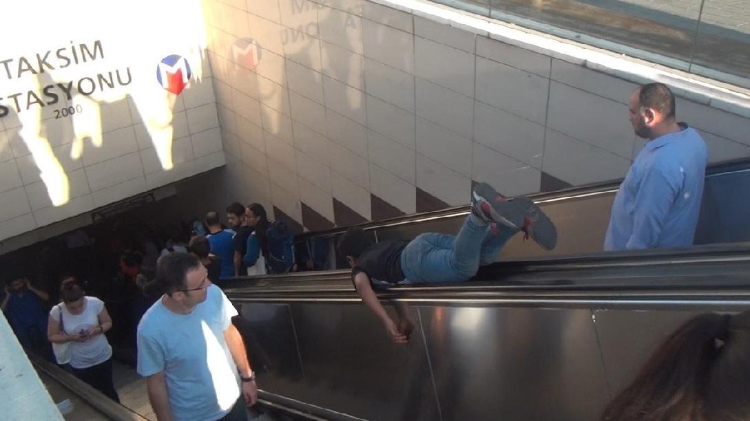 Taksim Metro İstasyonunda çocukların tehlikeli oyunu