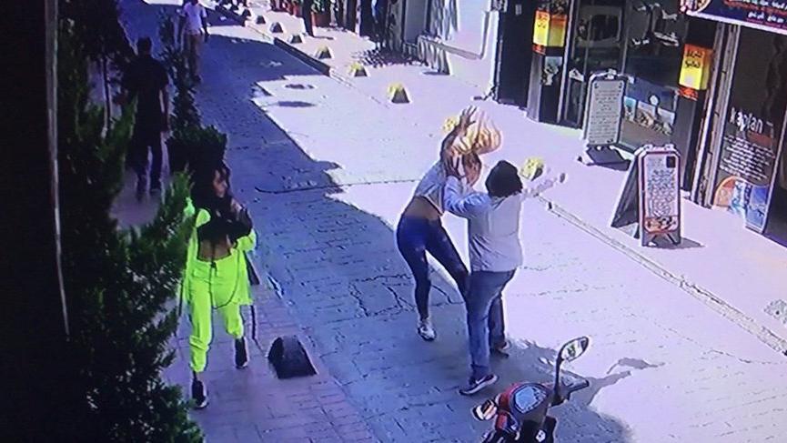 Beyoğlu'nda yabancı uyruklu iki kadına sokak ortasında dayak!