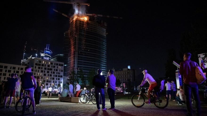 Polonya'da korkutan yangın: Bir anda bütün plazaya yayıldı