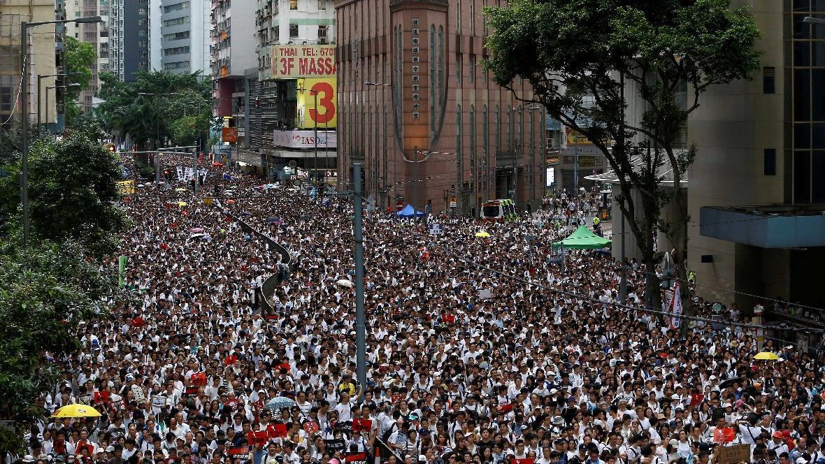 1 milyon kişi sokağa çıktı! Özerk yönetim geri adım atmıyor