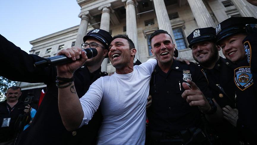 Mustafa Sandal, Amerikan polisleriyle birlikte söyledi