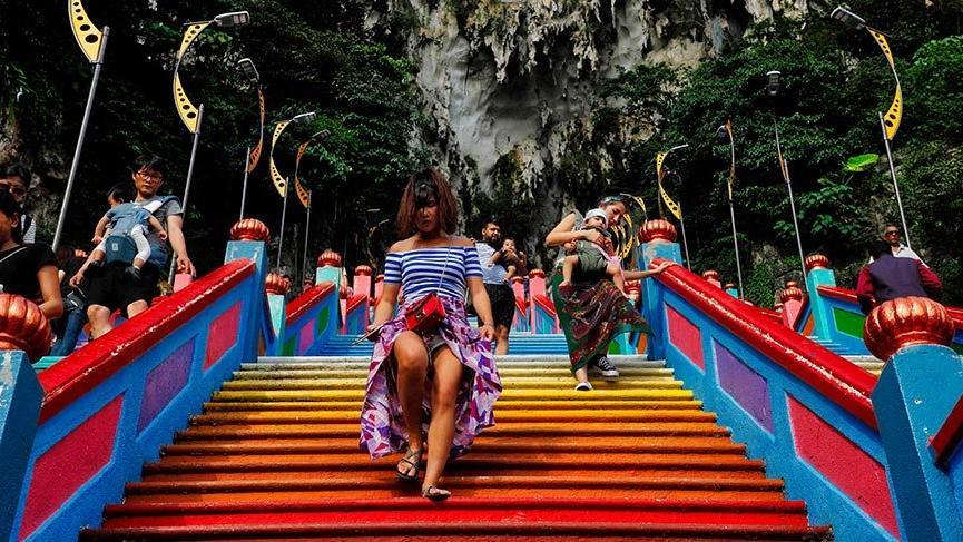 Malezya'daki tarihi tapınağın gökkuşağı merdivenleri