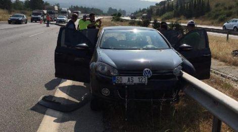 İnanılmaz kaza! Bariyer metreler boyunca aracın içinden geçti...