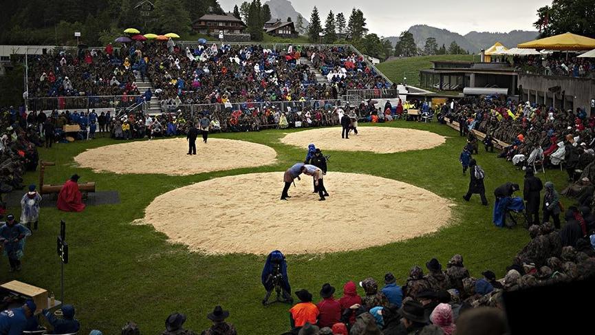 İsviçrelilerin talaş üzerinde yapılan geleneksel güreşi Schwingen
