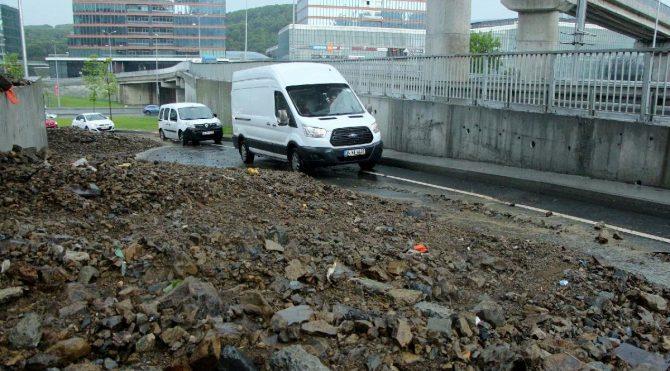 Sarıyer'de toprak kayması… Yol trafiğe kapatıldı