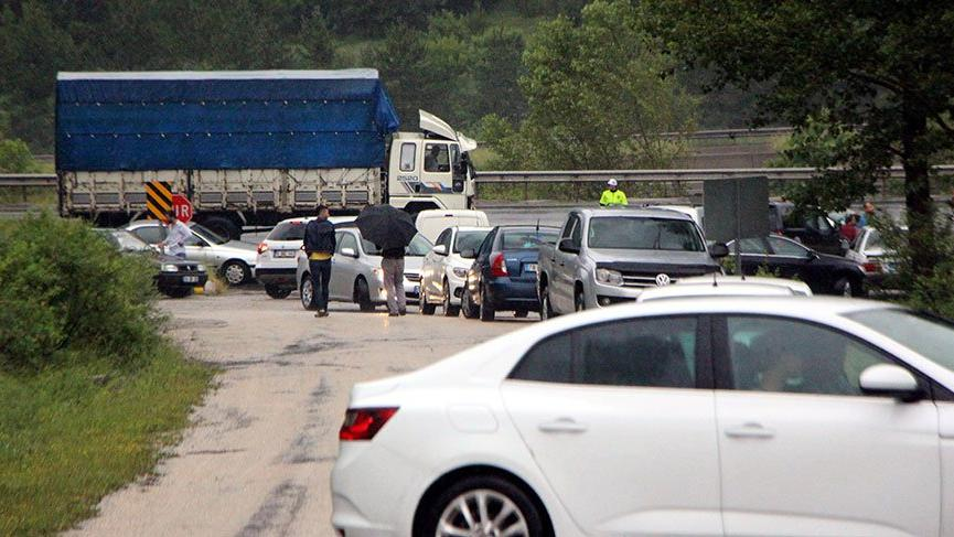 Bolu'da sel! D-100'ün Ankara yönü trafiğe kapandı