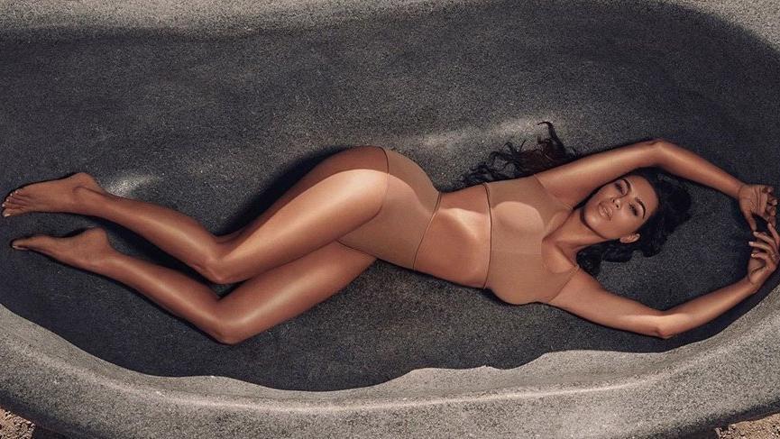 Kim Kardashian yeni vücut makyaj ürününü büyükannesi üzerinde de denedi