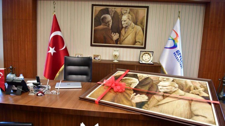 Yenisi yapılan Atatürk tablosu Beylikdüzü'nden Saraçhane'ye doğru yola çıkıyor